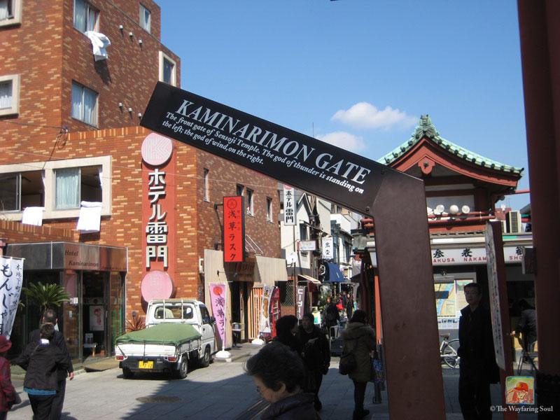 kaminarimon-gate-sign-asakusa