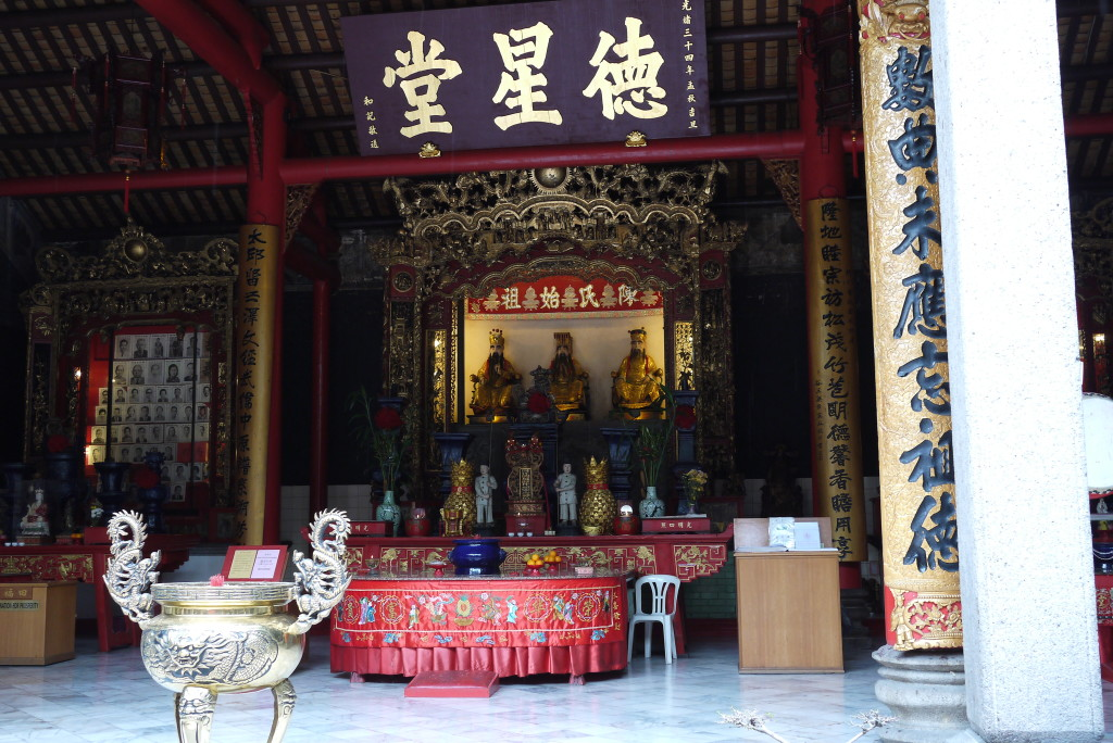 I always stop by this temple on the way to the Kuala Lumpur's Chinatown...
