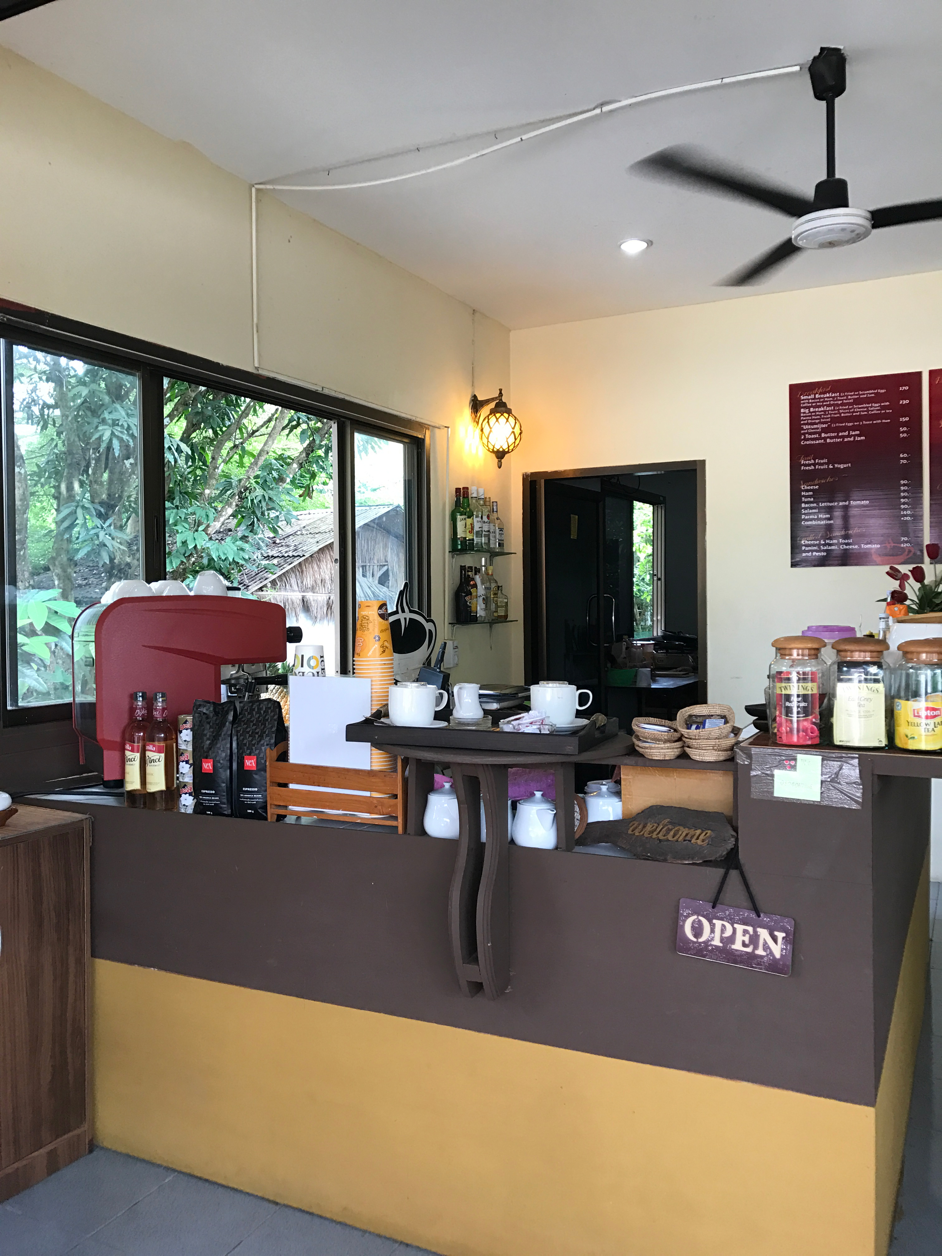 opening a coffee shop So make sure the traditional coffee accompaniments (muffins, cookies, cakes) are close by at the point of sale, and the coffee shop offers cold food, cold drinks, and hot food to ensure the best.